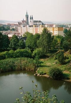 Pohled od jezírka za Beránkem na centrum města s Černou věží a jezuitským kostelem